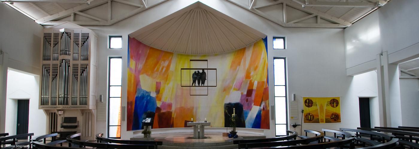 Blick durch den Kirchraum in Emmaus